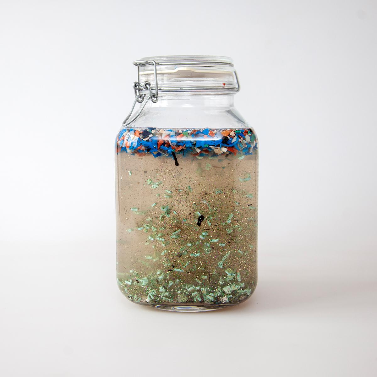 Fjordvand med plastic i